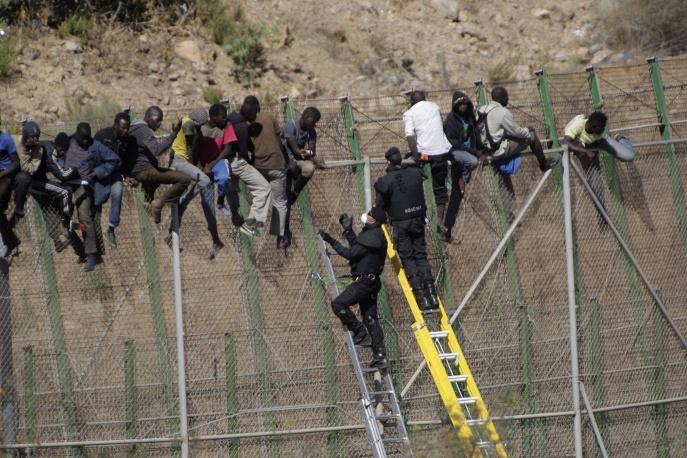 Мигранты из северной Африки штурмуют забор на границе Мелильи