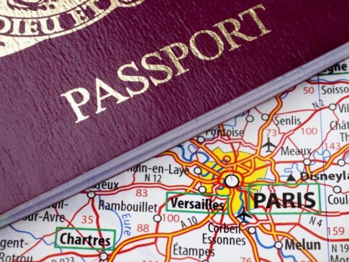 паспорт на фоне карты Франции
