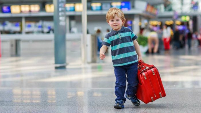 Ребёнок с чемоданом