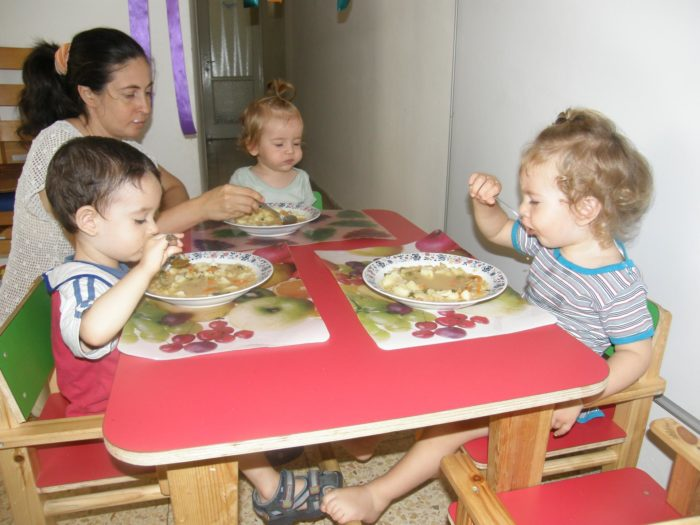 Обед в семейном детском саду