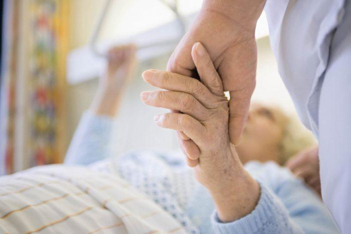 Пожилая женщина и врач