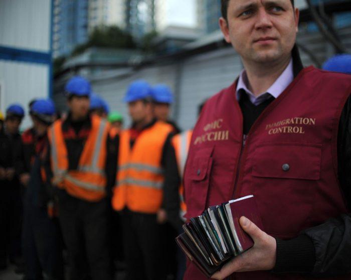 Сотрудник ФМС России с паспортами