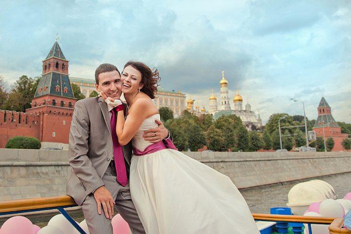 Молодожёны на фоне Кремля
