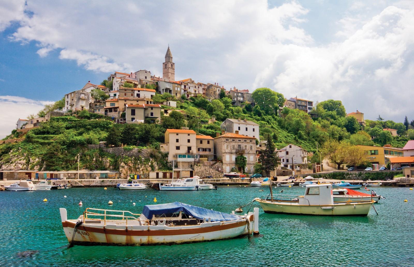 Май в Хорватии знаменует начало пляжного сезона, но в воду лезут лишь самые отчаянные