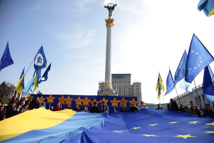 Флаги Украины и ЕС на Майдане
