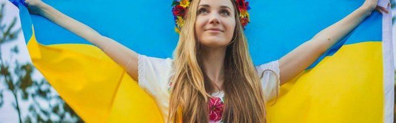 Девушка с украинским флагом