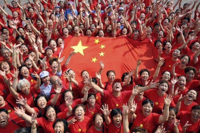 Множество китайцев с государственным флагом