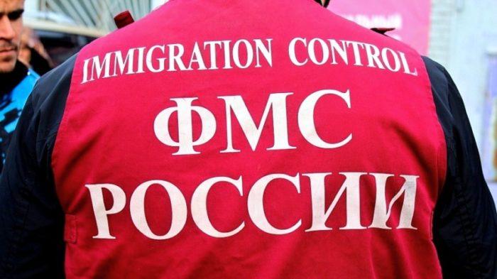Сотрудник ФМС России со спины