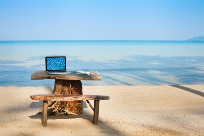 ноутбук на фоне моря