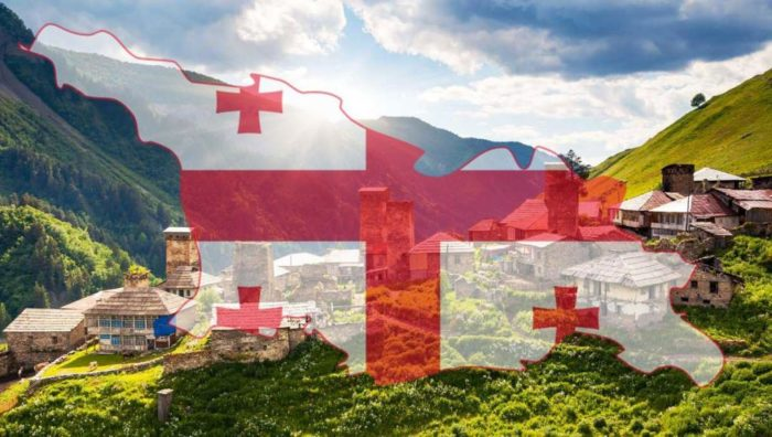Грузинский флаг на фоне гор