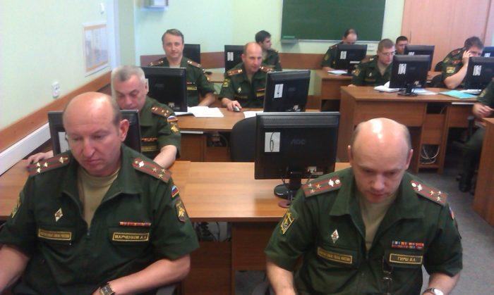 Военнослужащие на учебном занятии за компьютерами