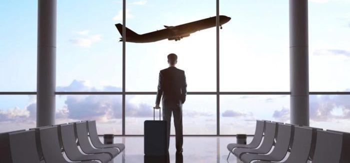 Пассажир провожает взглядом самолет