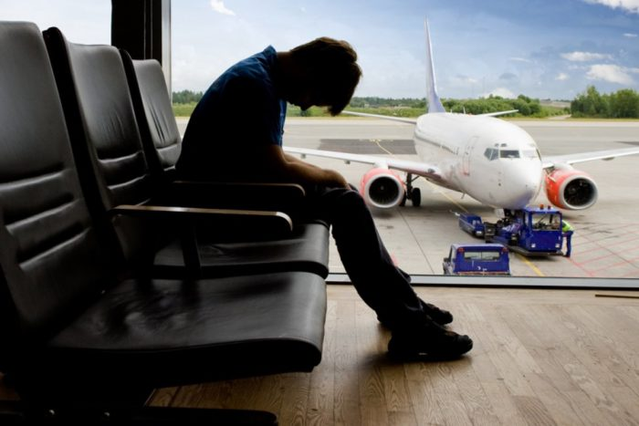 Человек в аэропорту получил запрет на выезд из-за долгов