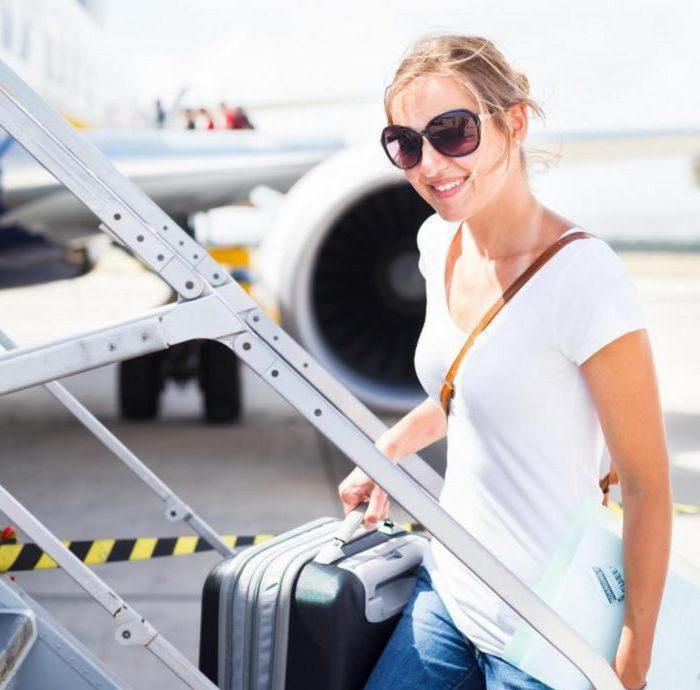 Девушка на трапе самолёта