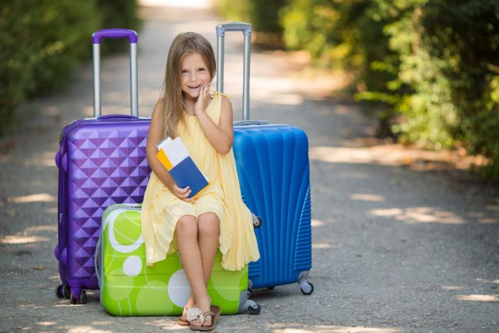 Девочка с чемоданами