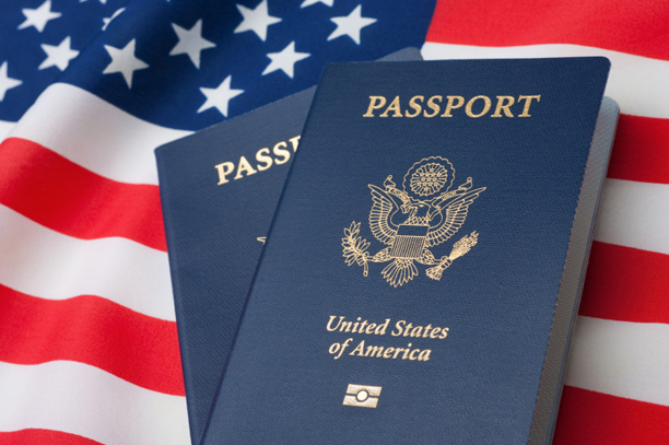Паспорта граждан США на фоне американского флага