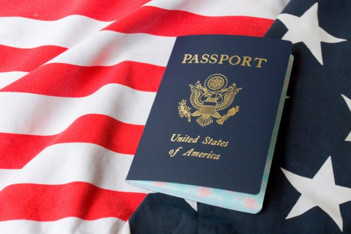 паспорт гражданина США на фоне американского флага