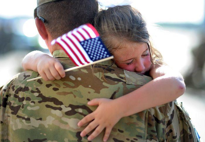 военнослужащий США с ребёнком