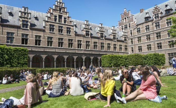 Студенты во дворе Антверпенского университета