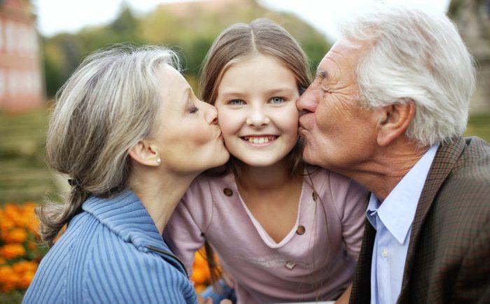 Дедушка, бабушка и внучка