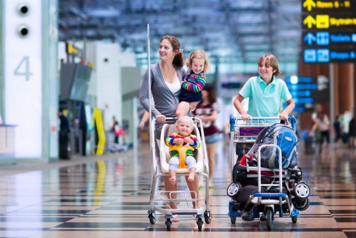 Мама с детьми в аэропорту