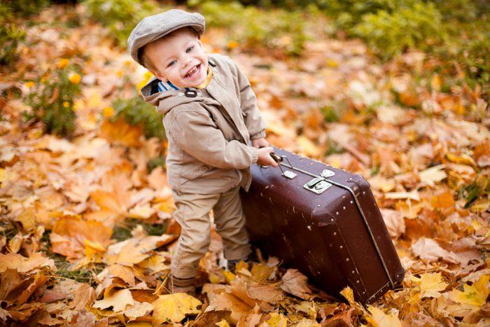 Маленький мальчик с чемоданом