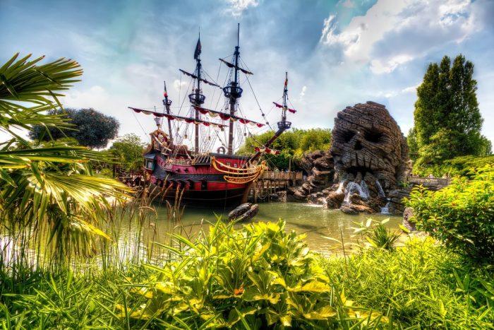Пиратский корабль и странная гора в Диснейленде
