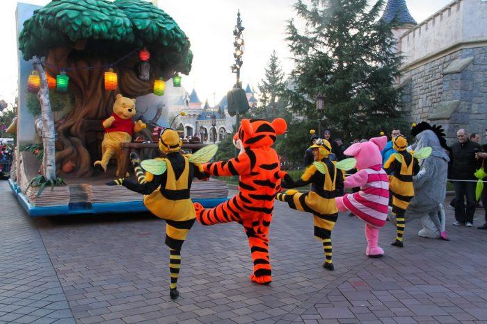 Герои мультфильма «Винни-Пух» танцуют