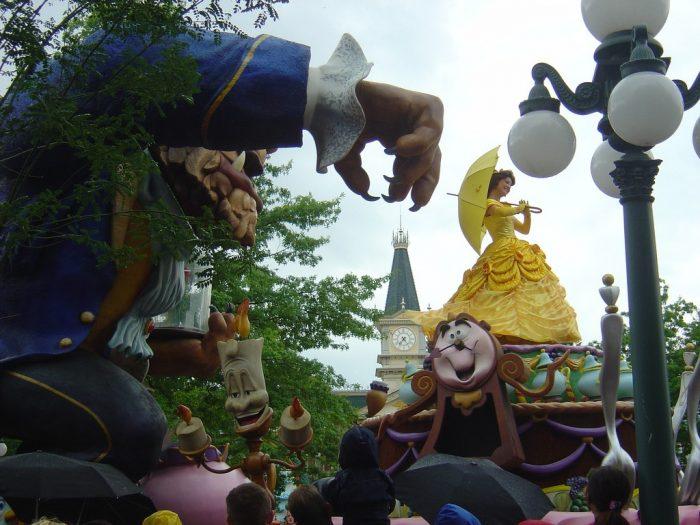 Герои мультфильма «Красавица и чудовище» в Диснейленде
