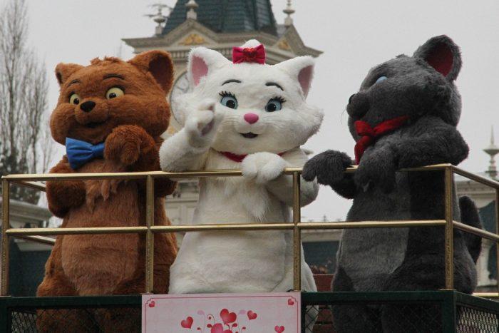 Коты из мультфильма «Коты-аристократы» в Диснейленде