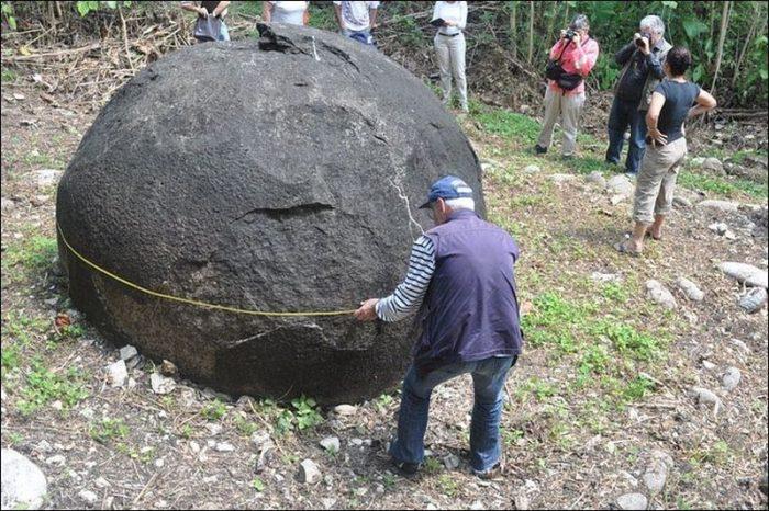 Каменные шары в джунглях