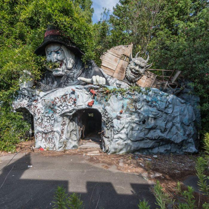 Заброшенные декорации парка