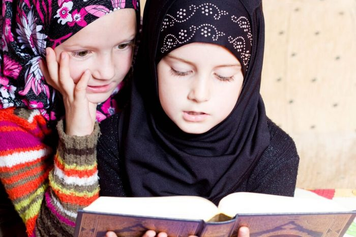 Две девочки-мусульманки с книгой