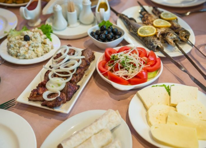 Стол с грузинскими блюдами