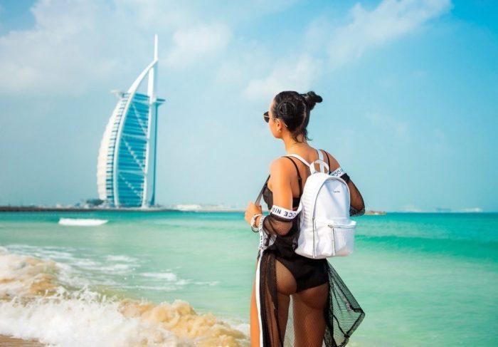 Девушка на пляже в Дубае