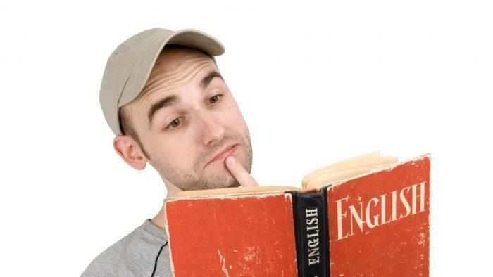 Мужчина с учебником английского языка