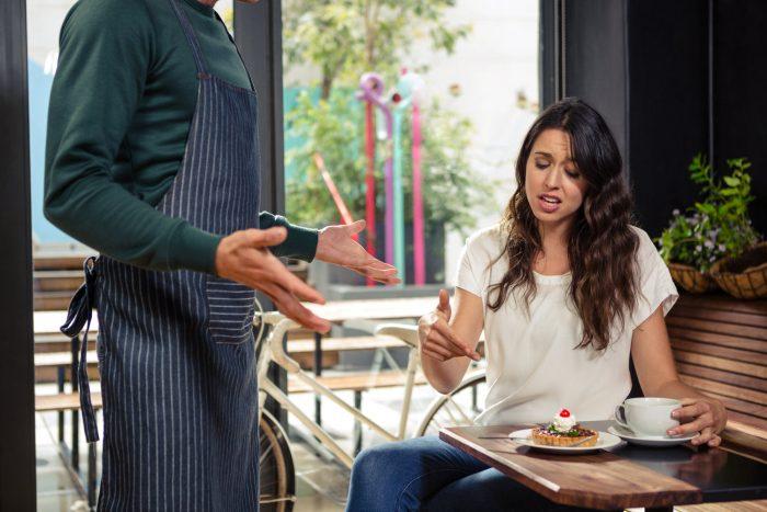 Девушка предъявляет претензии официанту