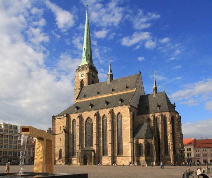 Собор святого Варфоломея на площади Республики в Пльзени