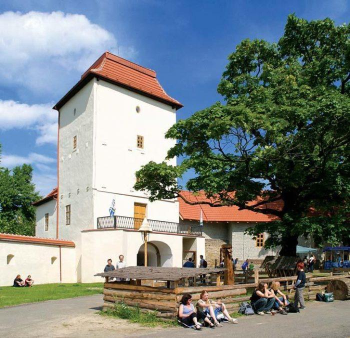Отдыхающие туристы на фоне башни Силезско-Остравского замка