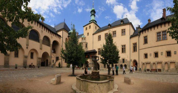 Туристы во Влашском дворе