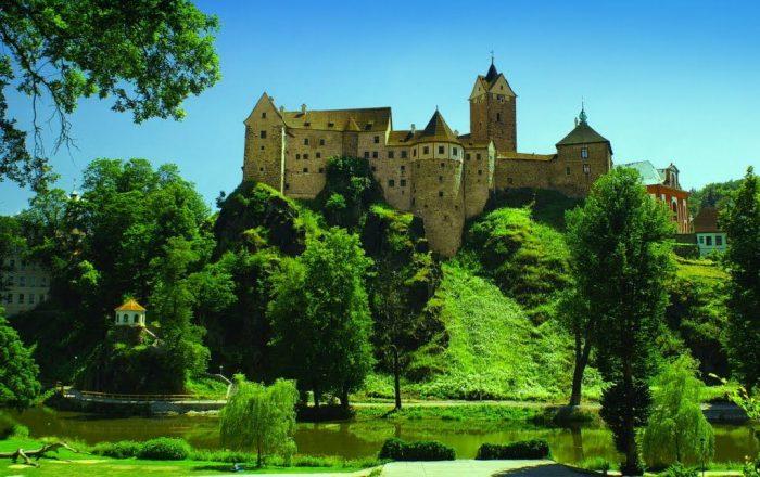 Замок Локет в Карловых Варах и прилегающий к нему парк