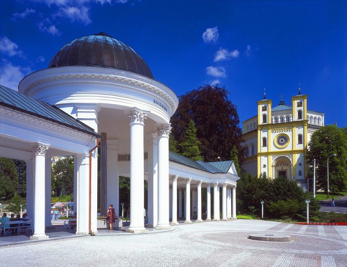 Римско-католический костёл Вознесения Девы Марии в Марианске-Лазне и колоннада