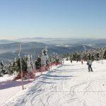 Склон горы в Рокитнице-над-Йизерой и лыжники