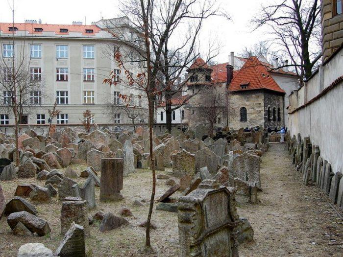 Могилы старинного еврейского кладбища в квартале Йозефов