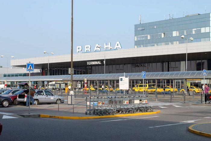 Стоянка перед зданием аэропорта в Праге