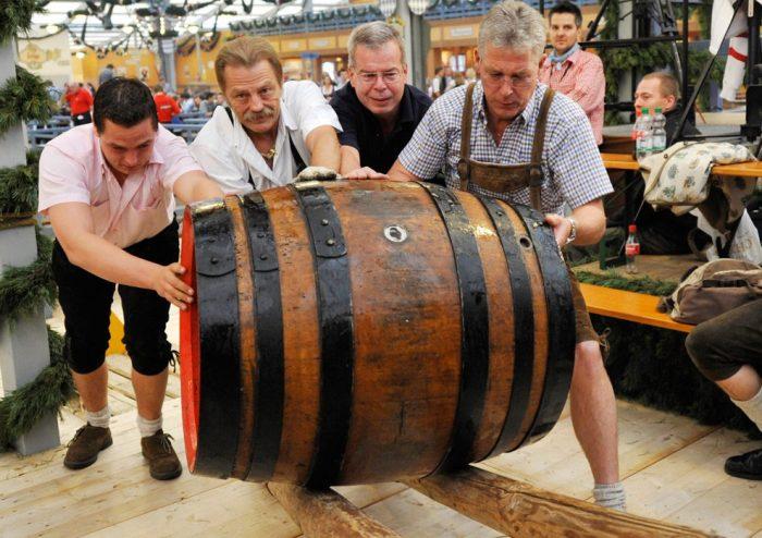 Мужчины катят бочку с пивом