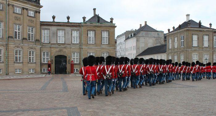 Церемония смены караула перед дворцом Амалиенборг (Amalienborg) в Копенгагене