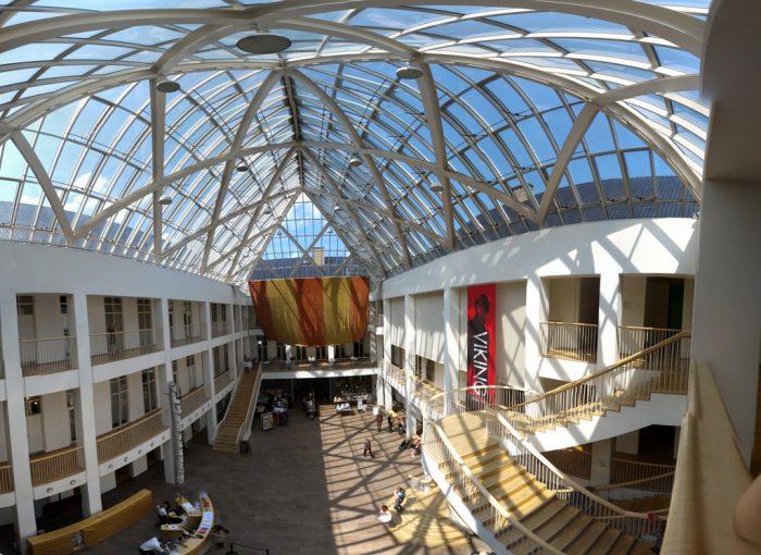Стеклянная крыша в центральном дворе Национального музея (National Museet) Копенгагена