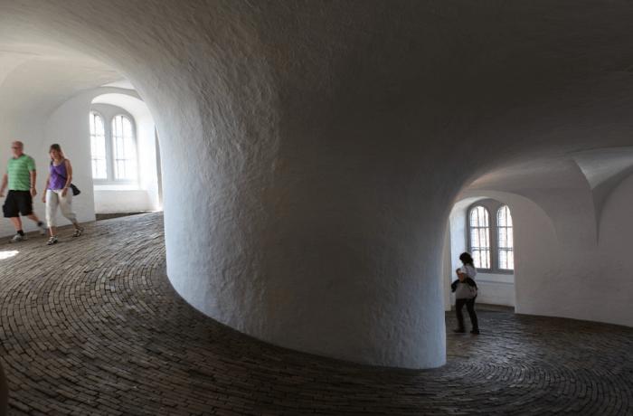Внутри Круглой башни (Rundetaarn) в Копенгагене