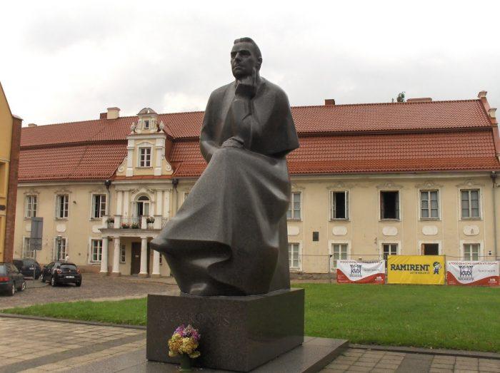 Памятник Майронису в Каунасе